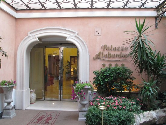 Hotel Palazzo Alabardieri: Hotel front entrance