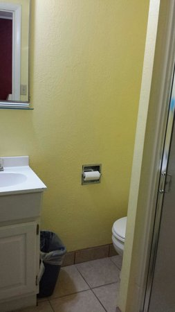 Hermann Motel : Bathroom. Fresh paint, cute sink/mirror area. You can see the toilet tucked around the corner an