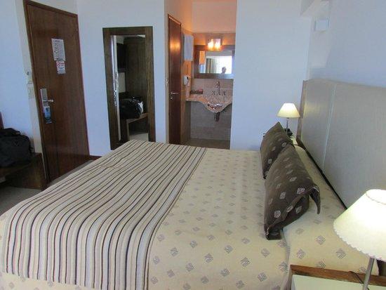 Hotel Piren: Vista de la habitación y baño compartimentado