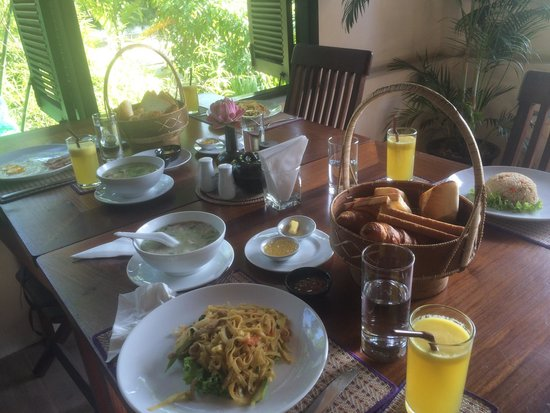 Bunwin Boutique Hotel: Sumptuous breakfast with green view.