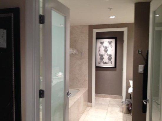 L'Hermitage Hotel: spacious bathroom