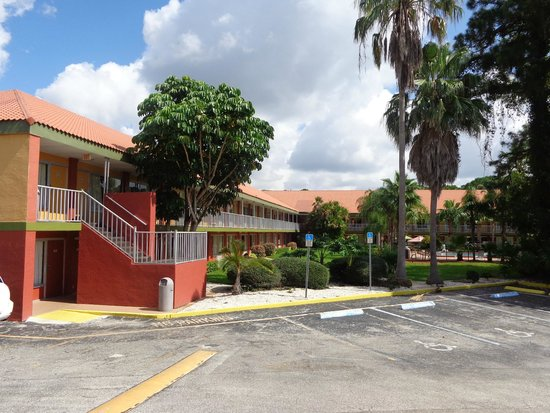 Days Inn Cocoa Cruiseport West At I-95/524: Hotel buildings of Days Inn