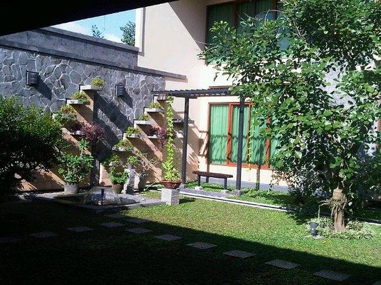 Maharani Guest House: Part of the garden