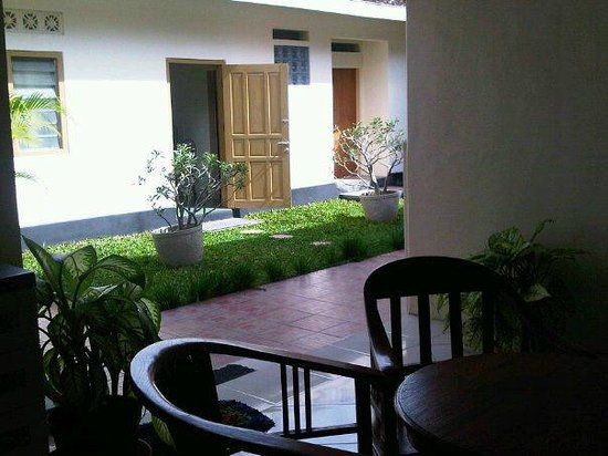 Maharani Guest House: Vie from dining room at the old wing