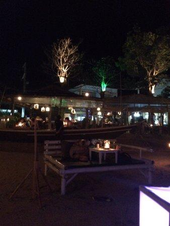 Fisherman's Restaurant & Bar: Vanaf de loungebanken op het strand