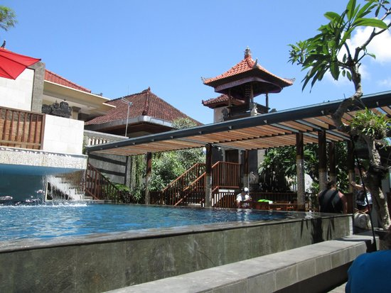 Hotel Horison Seminyak: View from pool lounger/foyer