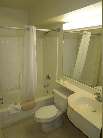 Super 8 Sacramento Airport: Bathroom