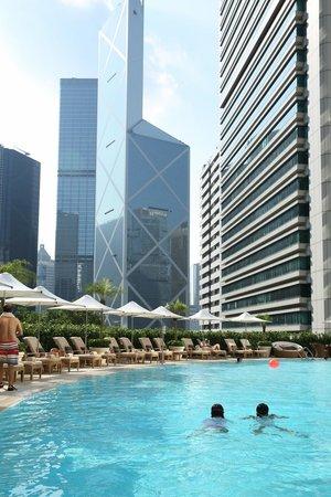 Island Shangri-La Hong Kong: Pool area