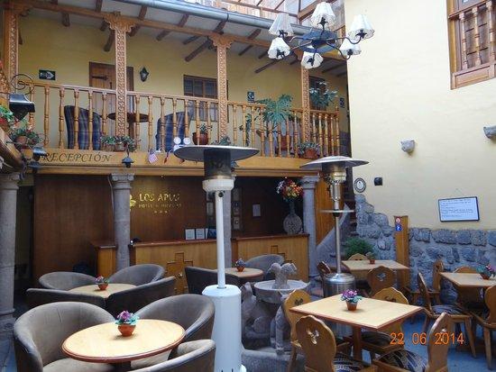 Los Apus Hotel & Mirador: Área de café e recepção do hotel