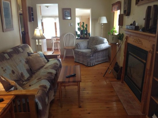 Dewar's Inn on the River: roomy living room with fireplace, cable tv, ceiling fan and A/C