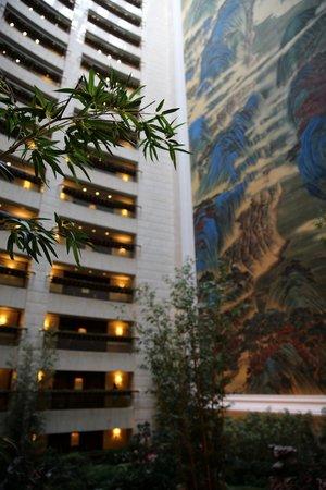 Island Shangri-La Hong Kong: Magnificent inner atrium at guest room levels.