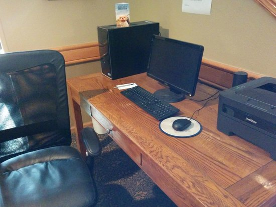 AmericInn Lodge & Suites Cedar Rapids Airport: This is a desk in the lobby/walkway to the pool