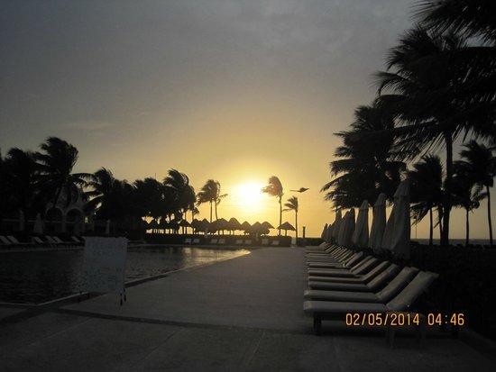 Dreams Tulum Resort & Spa: Sun Raise at Relaxation Pool