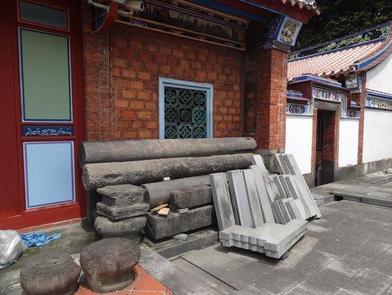 Mengchia Qingshui Temple: 土に埋まっていた創建当時の柱