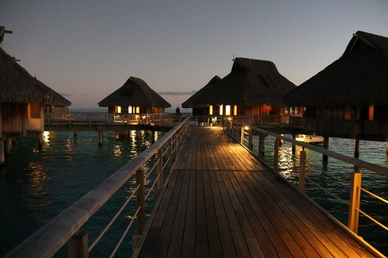 Hilton Bora Bora Nui Resort & Spa : Evening at the resort.