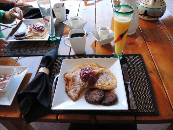 Dreamkatchers Lake Powell Bed & Breakfast: Pancakes and breakfast sausage