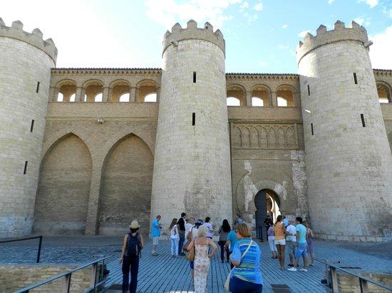 Palacio de la Aljaferia : Внешние стены дворца Альхаферия