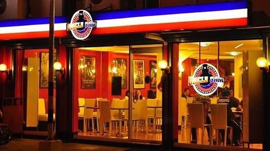 Uncle Sam Restaurant: Uncle Sam at night