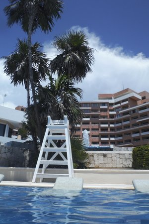 Omni Cancun Resort & Villas: hotel view from the pool