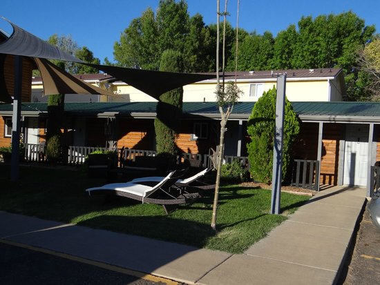 Canyons Lodge - A Canyons Collection Property : Il giardino di fronte alle camere