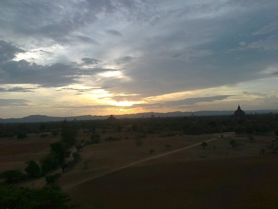 Temples de Bagan : Sunset in Bagan, over the Bagan temples