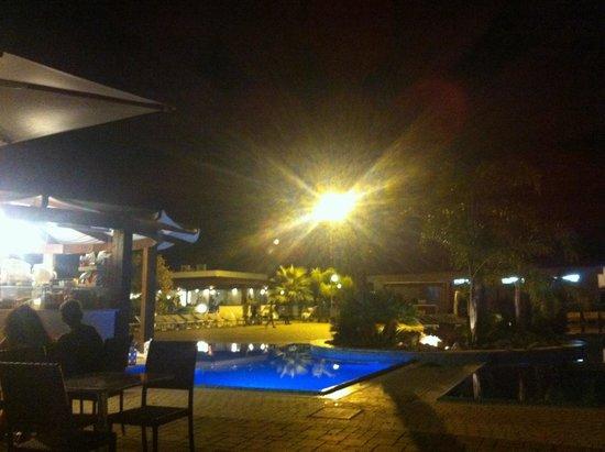 Alimini smile village : Vista notturna della piscina