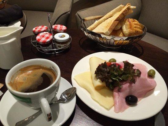 Radisson Blu Alcron Hotel, Prague : Petit déjeuner continental au bar