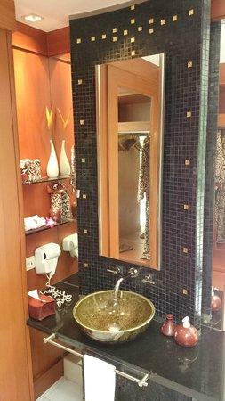 Banyan Tree Phuket: 2 similar sinks with amenities for him/her separately