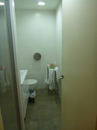 Itaca Hostel: Bathroom - modern & clean