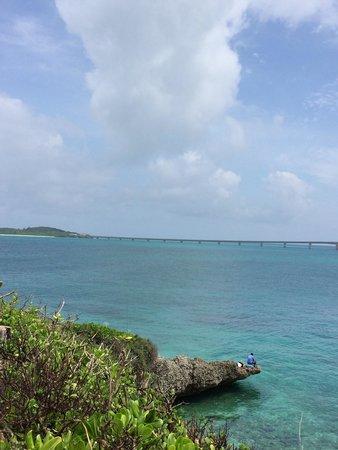 Nishihenna Cape: 展望台から池間島と橋の写真を撮ったのですが、海にせり出たところに、なんと釣り人が!さすが海人!