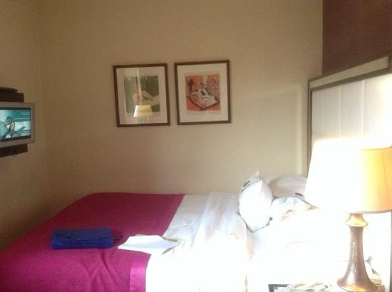 The Mandeville Hotel: bed next to wall