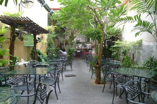 Hotel Puri: Garden restaurnt