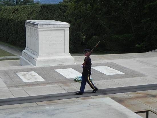 Tumba de los desconocidos: emotional and devotion to the tomb of the unknown soldiers