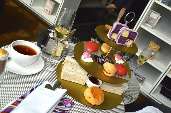 W London Leicester Square: Champagne, tea and cakes