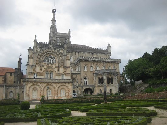 Palace of Bussaco : The building, can't photograph a forest