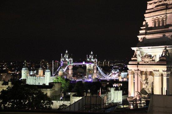 DoubleTree by Hilton Hotel London -Tower of London: Vue Tower Bridge depuis la terrasse