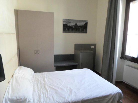 Hearth Hotel: Chambre avec coffre fort dans l'armoire