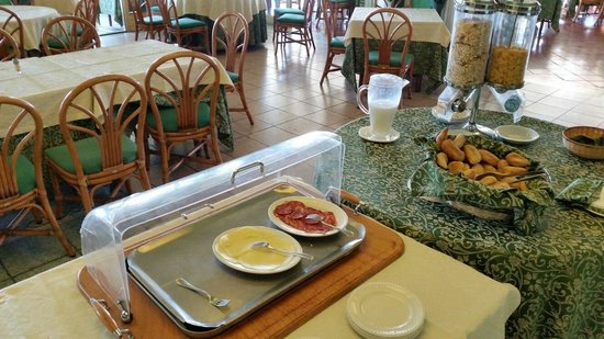 Hotel Orizzonte - Acireale: Le buffet du petit déjeuner quasi complet !  Une honte.  Pas digne d'un 4 étoiles.  Quelle décep