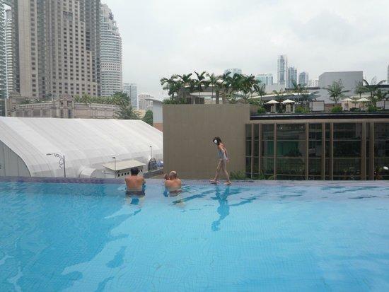 Hotel Novotel Kuala Lumpur City Centre : Бассейн