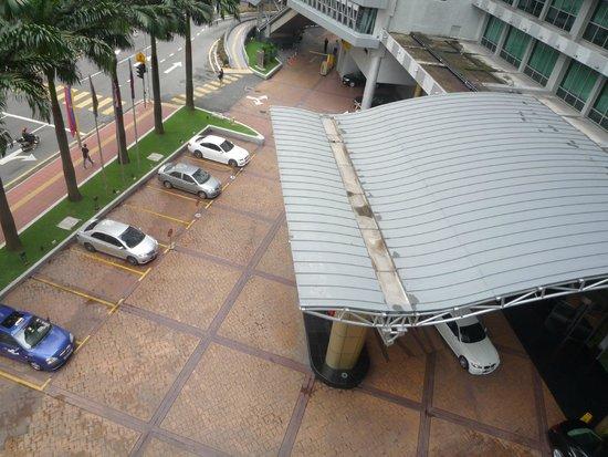 Hotel Novotel Kuala Lumpur City Centre: Вид из номера на вход в отель.