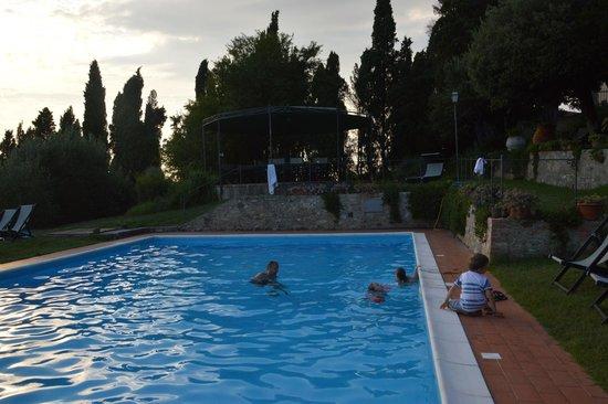 Villa Montaperti: Piscina e gazebo