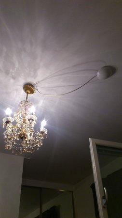 ApartHotel Attache : люста в комнате