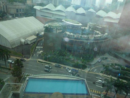 Hotel Novotel Kuala Lumpur City Centre: Вид из номера на бассейн.