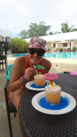 Panglao Regents Park Resort : Enjoying cocktails at the pool