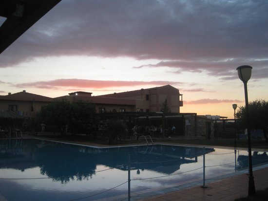 SENTIDO Vasia Resort & Spa : Sunset over one of the pools by outdoor dining area