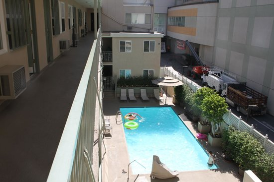 Hollywood Orchid Suites : Pool area from 3rd floor