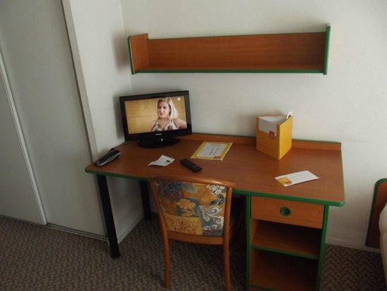 Adagio Access Paris Maisons Alfort : Table et TV
