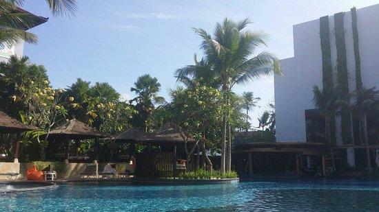The Stones Hotel - Legian Bali, Autograph Collection: Piscine avec vue sur le bar
