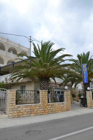 Hotel Vila Tina: Street view