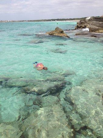 Playa de Es Trenc: prachtig water, zonnen op de rotsen, iets verderop zandstrand